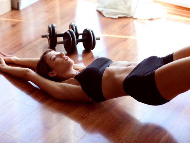 Frau beim Workout um einen Coregasmus zu bekommen